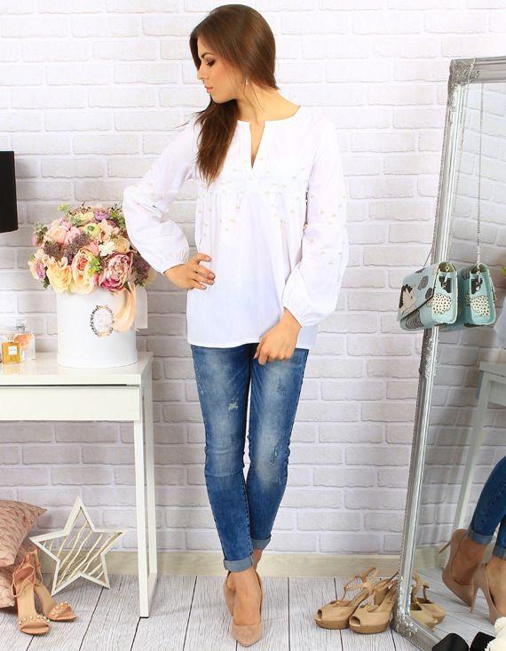 dziewczyna w białej koszuli i jeansach